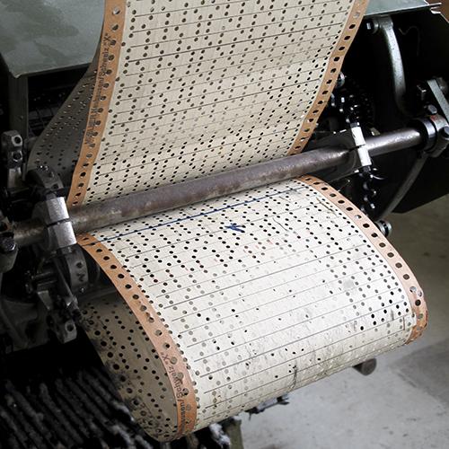 Hullkort sydd sammen i remser. gjør at en Jacquardvev kan lage kompliserte mønstre.