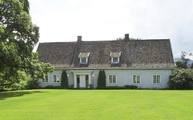 Hovedbygningen på gården er oppført i 1800-1801. Inngangspartiet er av nyere dato. Alle husene på firkanttunet har gamle tegltak, noe som gir en harmonisk helhet.