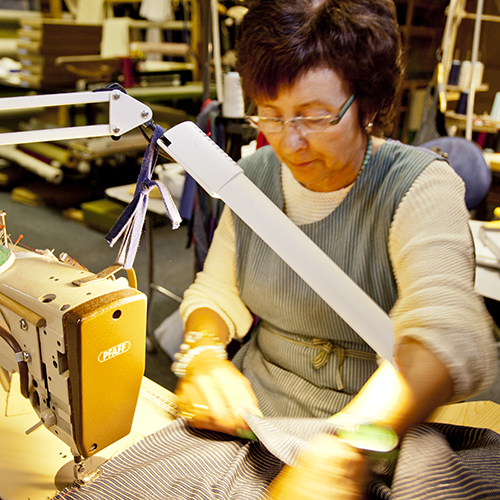 Britt Bildengjerdingen er bedriftens syerske. Hun er en racer på symaskinen.  - Jeg må nok ansette to stykker når Britt pensjoneres, sier Gro.