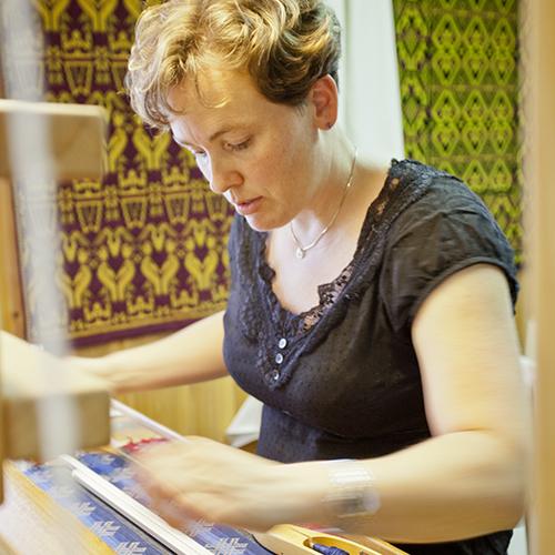 Anne Kristine Elken vever belter til seleskjørt.