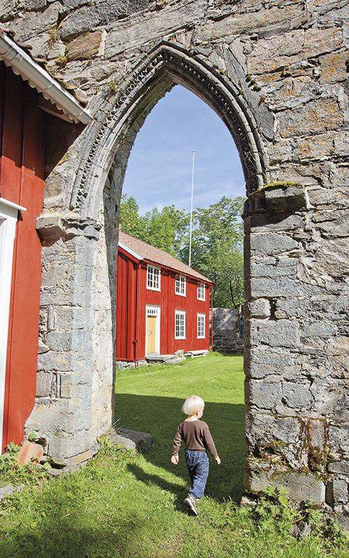 Tvers overfor hovedhuset ligger «Borgstua», et rødmalt toetasjes hus som ble fyttet hit rundt år 1900. Store mengder stein fra klosterkirken ble brukt til byggingen av vår Frues kirke inne i trondheim i 1651.