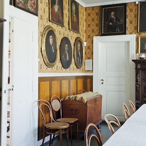 I spisestua henger anegalleriet på veggen. rommet benyttes til de store anledningene.