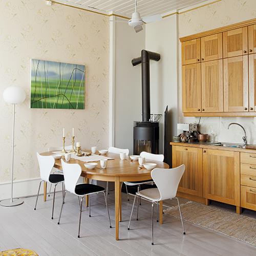 - Det er kanskje en klisje med Arne Jacobsen stoler, men de er vanvittig gode å sitte på, sier Hans Henrik