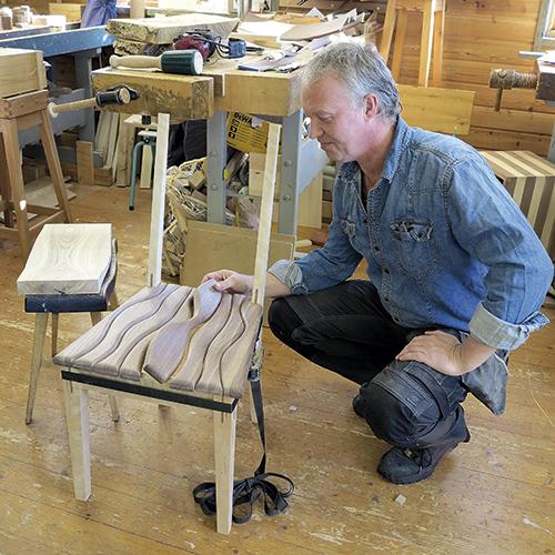 Her viser Thomas Saastad fram stolen. Setet er på plass, nå funderer han på hvordan ryggen skal bli.