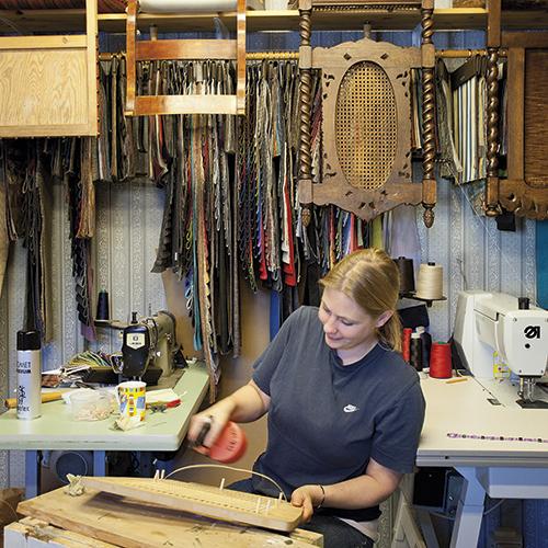 Heidi Haaland i møbeltapetsererverkstedet.