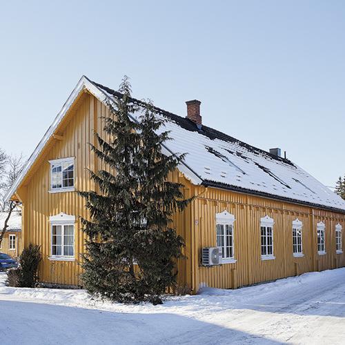 Den opprinnelige skolebygningen fra 1926 er fremdeles i bruk.