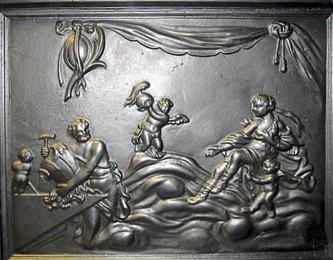 Langside på Ulefos modell 1777, skåret av bilthugger Henrik Bech. Mytologisk motiv av Venus som i Vulcans smie krever våpen til Aneas. Platen tilhører en høy to etasjes ovn med svungen topp, ca. 1910.