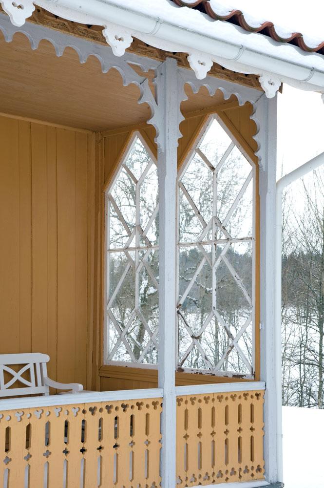 Åpen glassveranda i sveisterstil med gotiske vinduer.