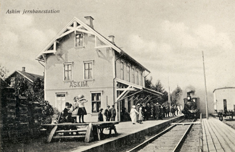 Stasjonsbygninger i siste halvdel av 1800-t. ble gjerne oppført i  sveitserstil. Parti fra Askim stasjon, oppført I 1882, med damplokomotiv.