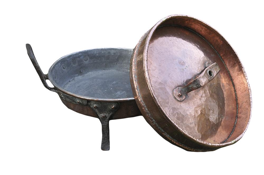 Tertepannen, et kokeredskap for tilberedning av mat over åpen ild, er en norsk slektning til «la poupetonnière».
