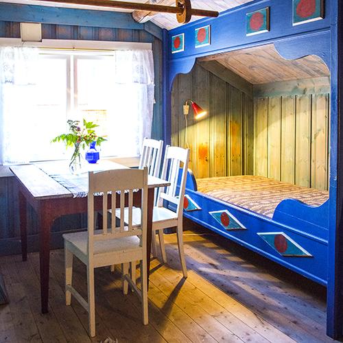 Ela og Henrys soverom i andre etasje over kjøkkenet har innebygde senger. Ela har dekorert både senger og tak