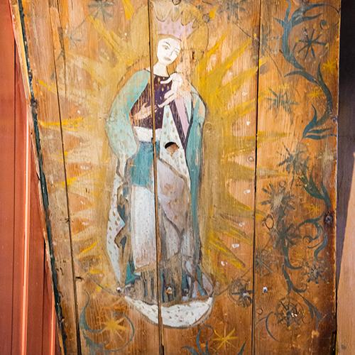 Elas «Madonna med barnet» er malt på undersiden av trappa på kjøkkenet.