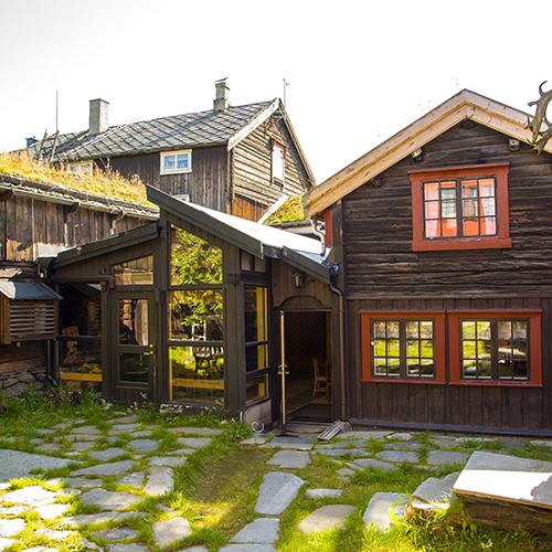 I 1973 bygde Ela og Henry en enkel vinterhage, med grusgulv og blomsterbed i bakgården. Arkitekt Seppo Heinoen tegnet om denne på 1990-tallet slik at den kan benyttes på helårsbasis.