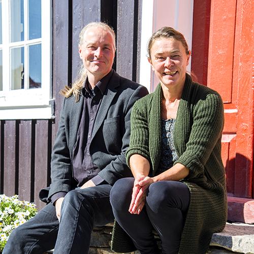 Vegard Lie og Tone Hjertenes på trappa utenfor Thomasgården. Paret har lagt ned en stor egeninnsats for å bevare Ela og Henrys hus.