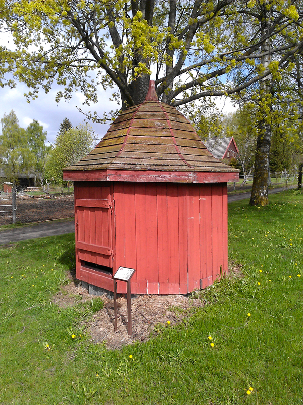 Hager er mer enn grønt! Brønnhus fra Ringsaker prestegård, nå på Domkirkeodden. Foto: Ingeborg Sørheim