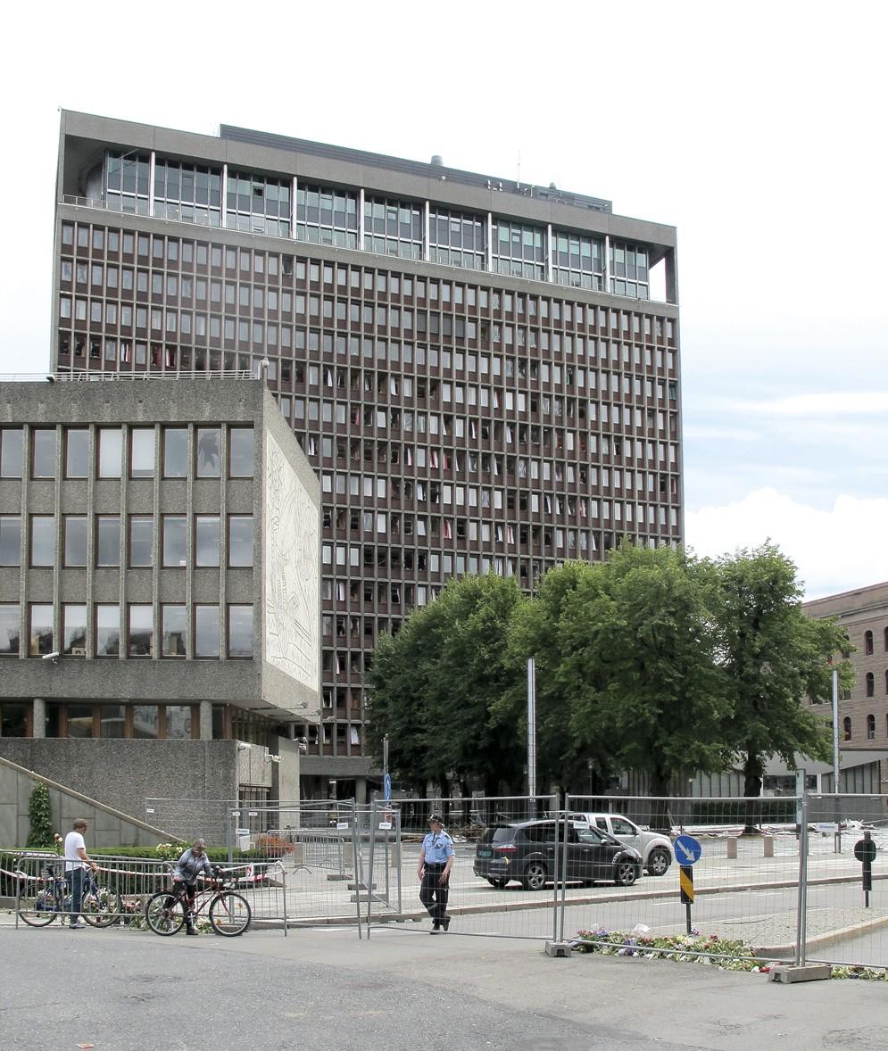 Regjeringskvartalet fotografert kort tid etter terrorangrepet 22. juli 2011. Høyblokka med Y-blokka foran til venstre. Foto: Tor Harald Frøyset