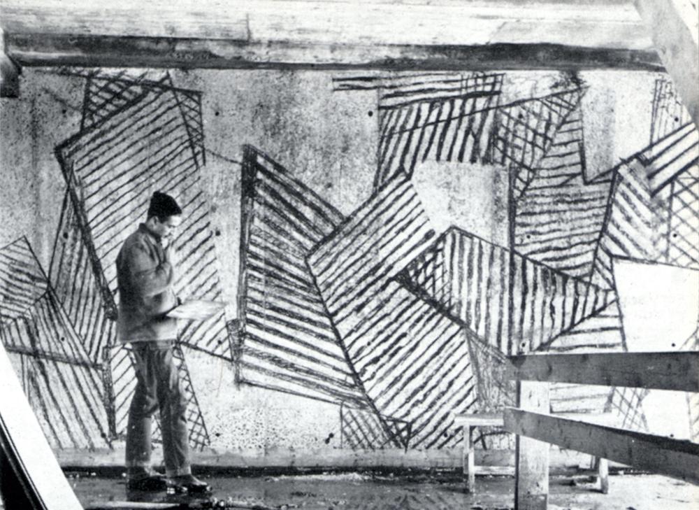 Tore Haaland overfører en skisse til veggen, blokka er fortsatt under bygging (Bonytt 3/59, Foto: C. Nesjar)