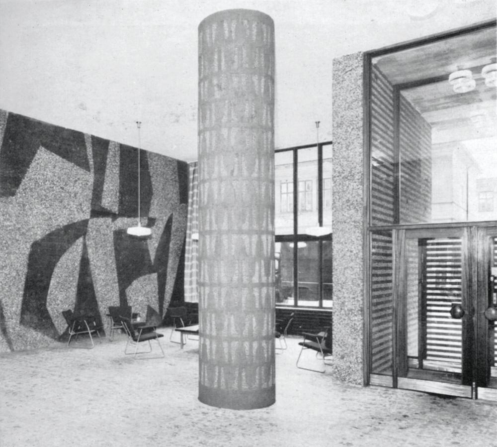 Kjell Richardson tegnet møblene som synes foran Inger Sitter og Carl Nesjars vegg (Bonytt 3/59, Foto: Munthe Svendsen)