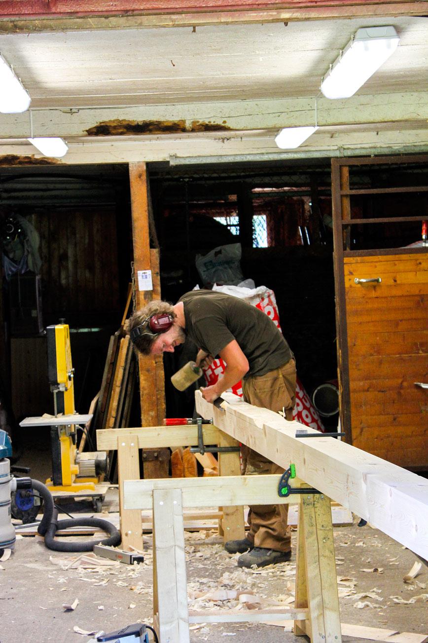 Håndverker Even Bull Hilmen lager nye søyler til verandaen. Foto: Privat