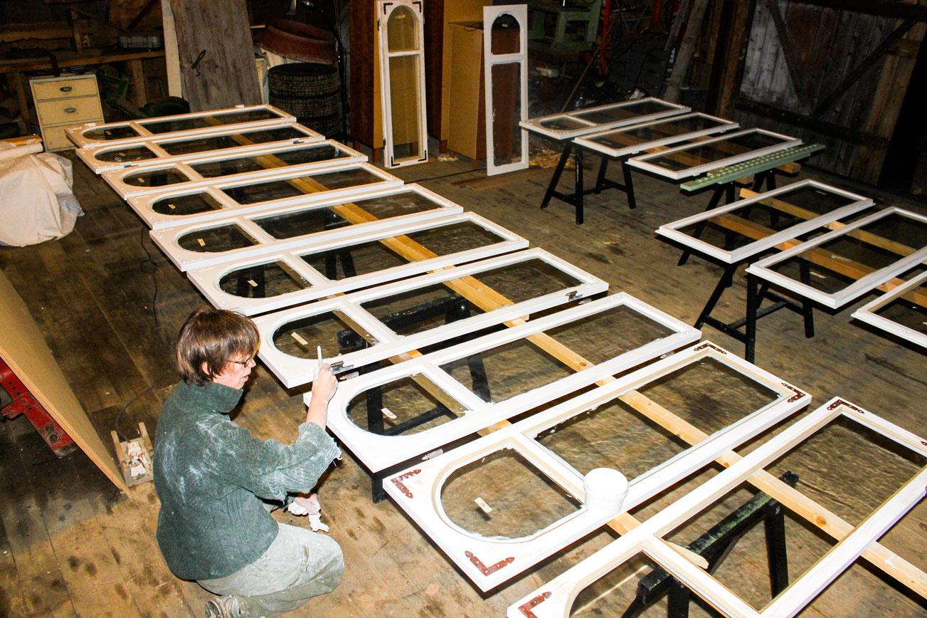 Guro kittet og malte alle de gamle vinduene, samt malte de nye. Foto: Privat