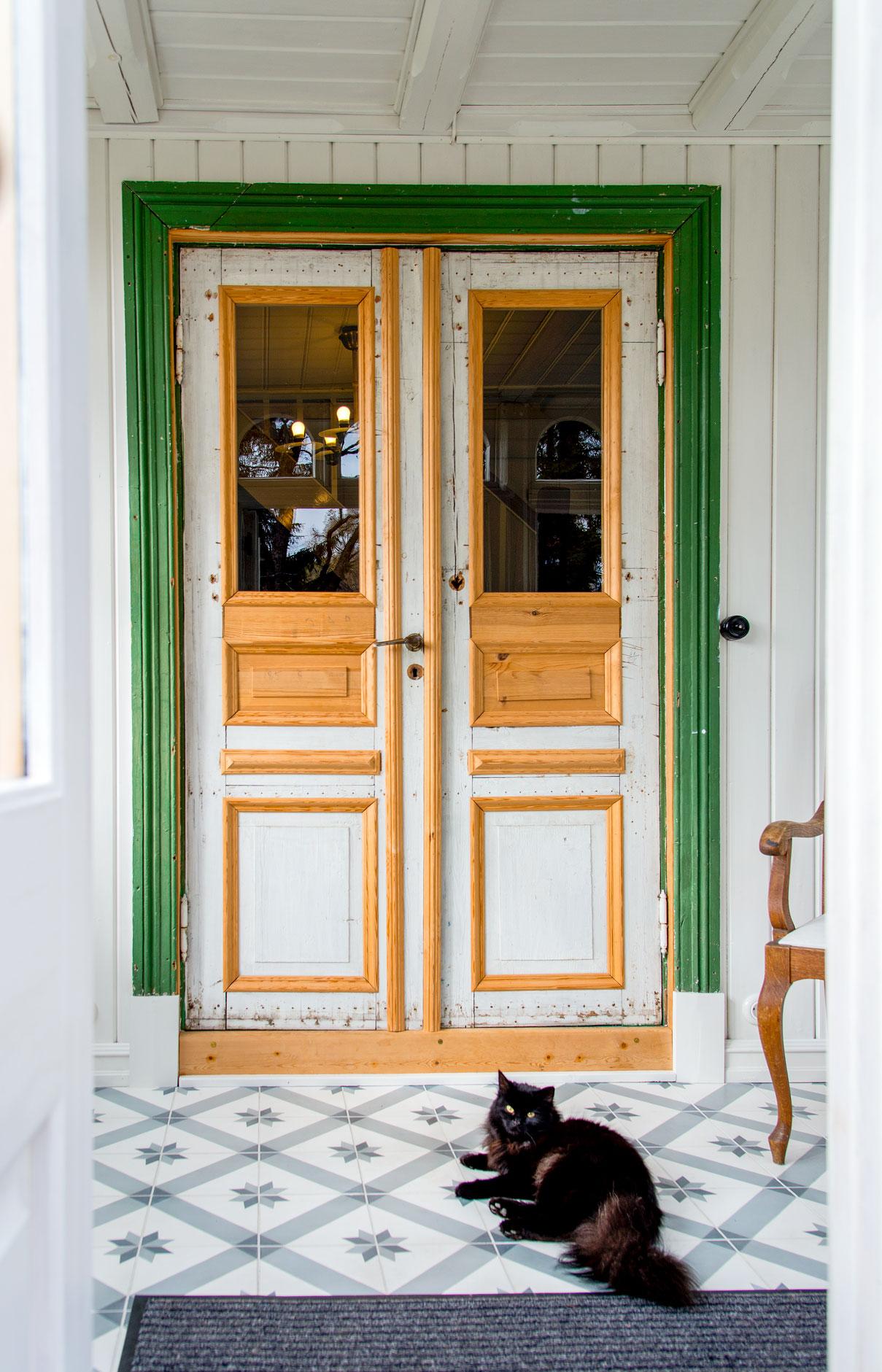 Den originale døra ble delvis ødelagt på 1950-tallet da den ble platebeslått. Nå er den satt i stand.