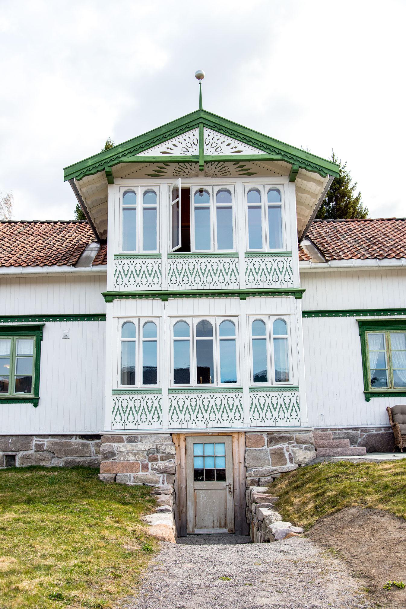 En vakker glassveranda i Karl Andersens ånd - en kopi av «tvillingen» på nordøst-siden. Utført med samme gode, håndverksmessige kvalitet som for 100 år siden. Alt på denne siden er nytt bortsett fra glasskula i spiret, som er gjenbruk fra det andre huset.