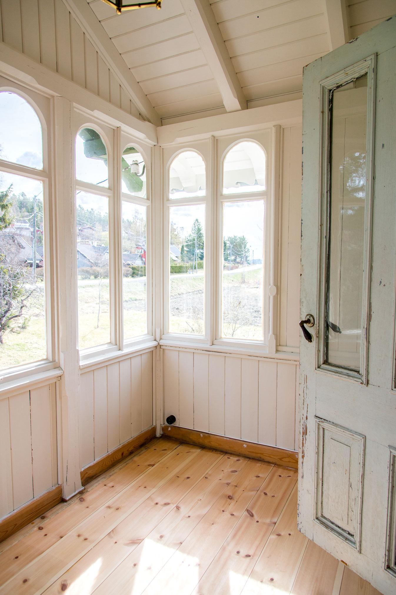 Andre etasje i den gamle delen. Interiøret er malt hvitt, slik det var vanlig før i tiden.