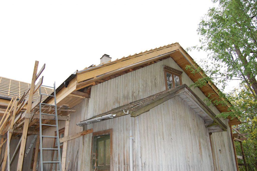 UHELDIG TAKLØSNING: Mange går i gang med oppusning av gamle hus uten å ha rådført seg med fagfolk. Det kan fort bli dyrt. (Foto: Kulturminnefondet)