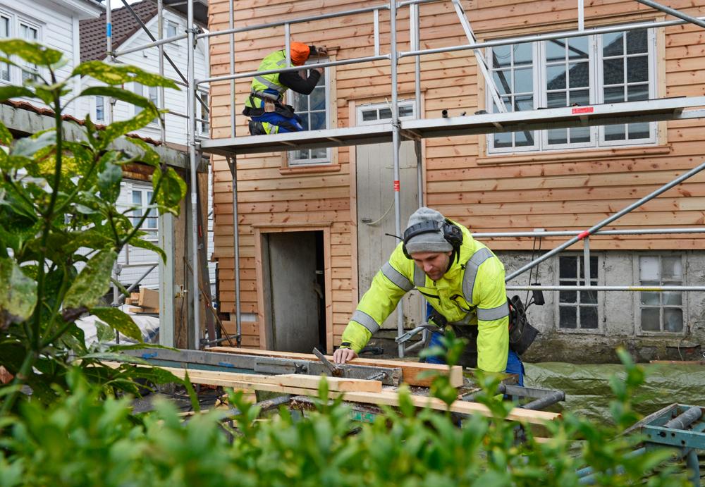 HøieUeland arbeider på byhuset i Tidegeilen, Gjesdal-kommune. Foto: HøieUeland.