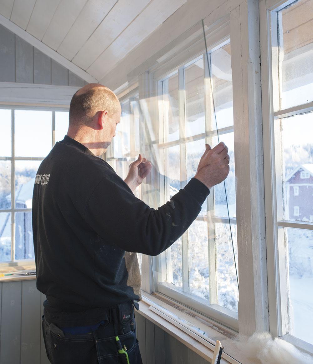 Et effektivt tiltak dersom du ikke har plass til hengslede varevinduer er å montere glass i en ramme som skrus fast i yttervinduets ramme.