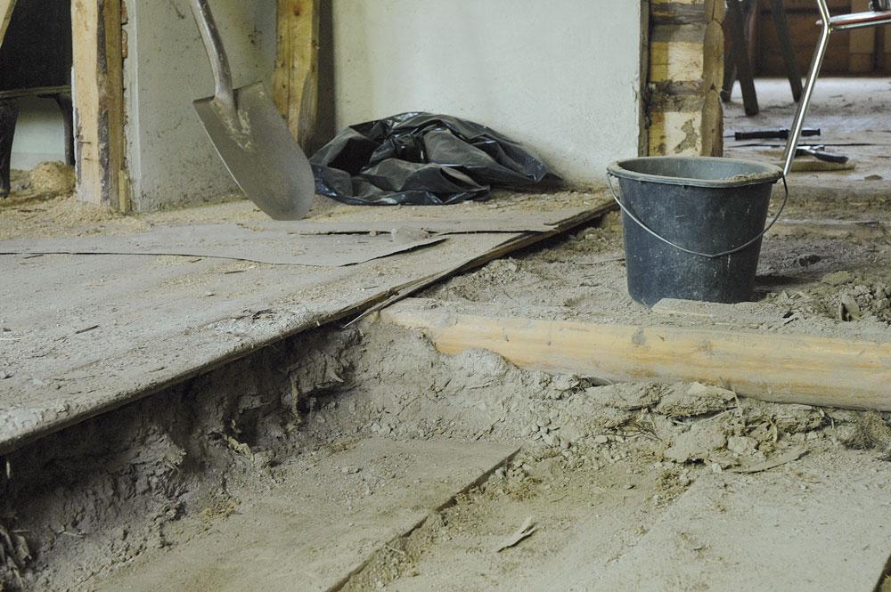 I eldre hus finner du garantert stubbloftsleire som isolasjonsmateriale. Denne kan du trygt la ligge mellom etasjene, Den isolerer og demper lyd.
