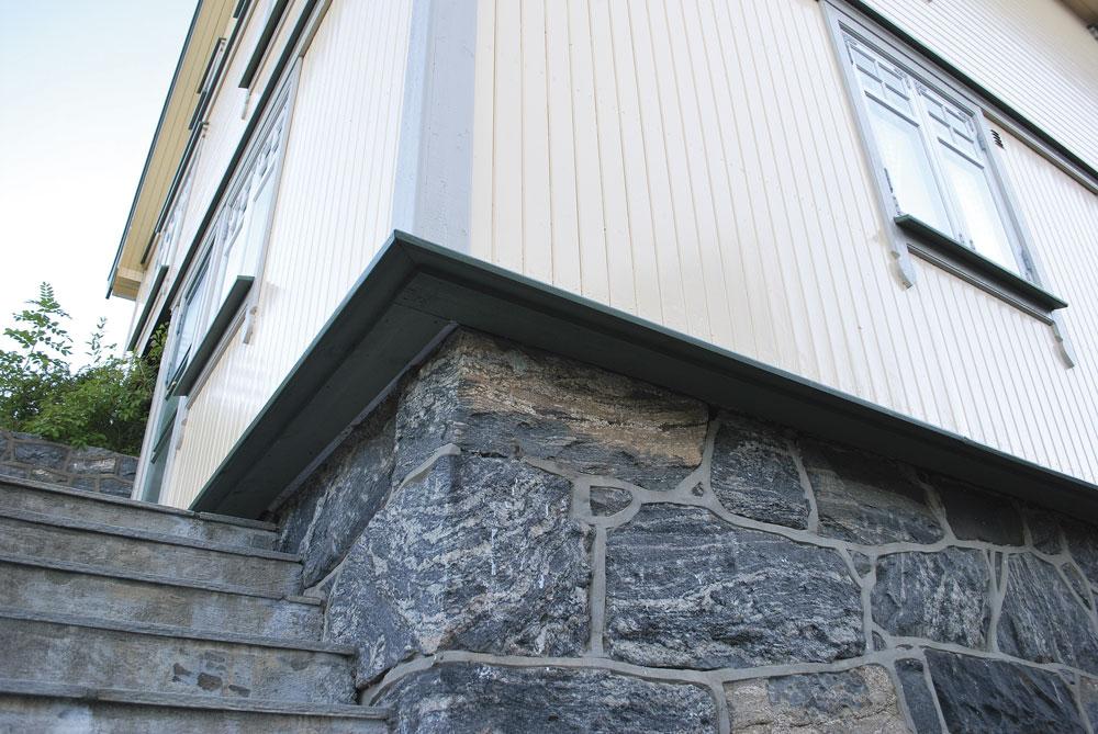 På dette bildet ses et hus hvor ytterveggen er isolert utenfra. Normalt sett ligger panelet tett på grunnmuren. Her har ettersioleringen gjort at veggen stikker svært langt ut. I dette tilfellet er vinduene flyttet tilsvarende - det er svært lite estetisk dersom vinduet blir stående innsunket inne i veggen. Foto: Per-Willy Fergestad
