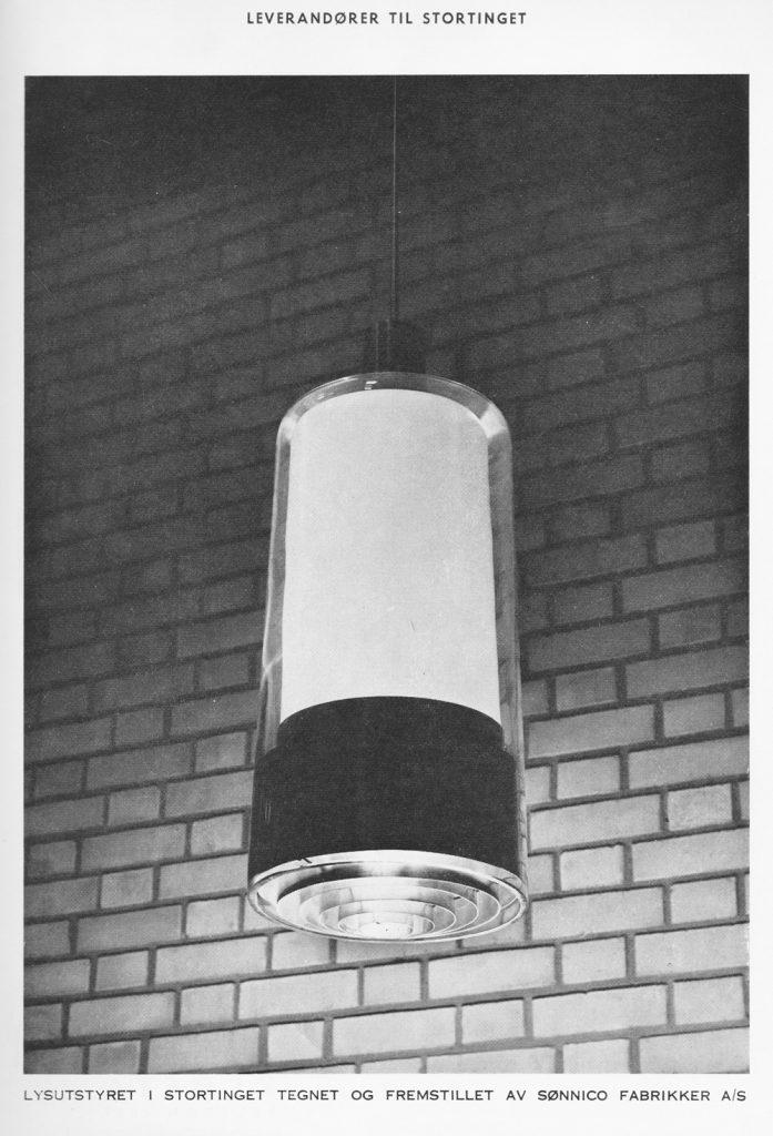 Taklampe i trappehallen på Stortinget, tegnet til ombyggingen som ble ferdigstilt i 1958.