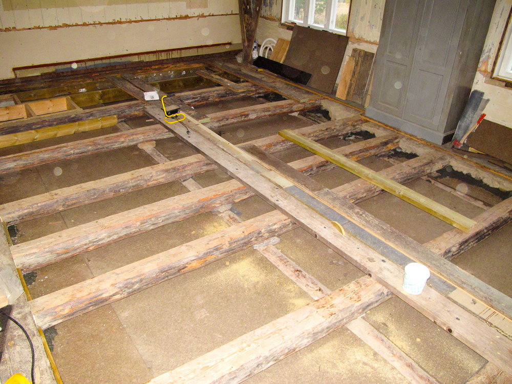 Det nye stubbloftsgulvet er ferdig. Gulvet er musetettet og klart til isolering.