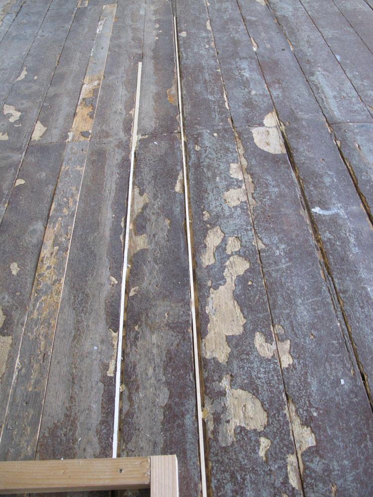 Lister er limt inn der det var store sprekker. Gulvet er klart til sliping.