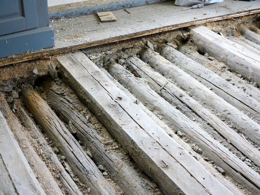 Rundstokkene i stubbloftet ble fjernet Da ble det også plass til mer isolasjon.