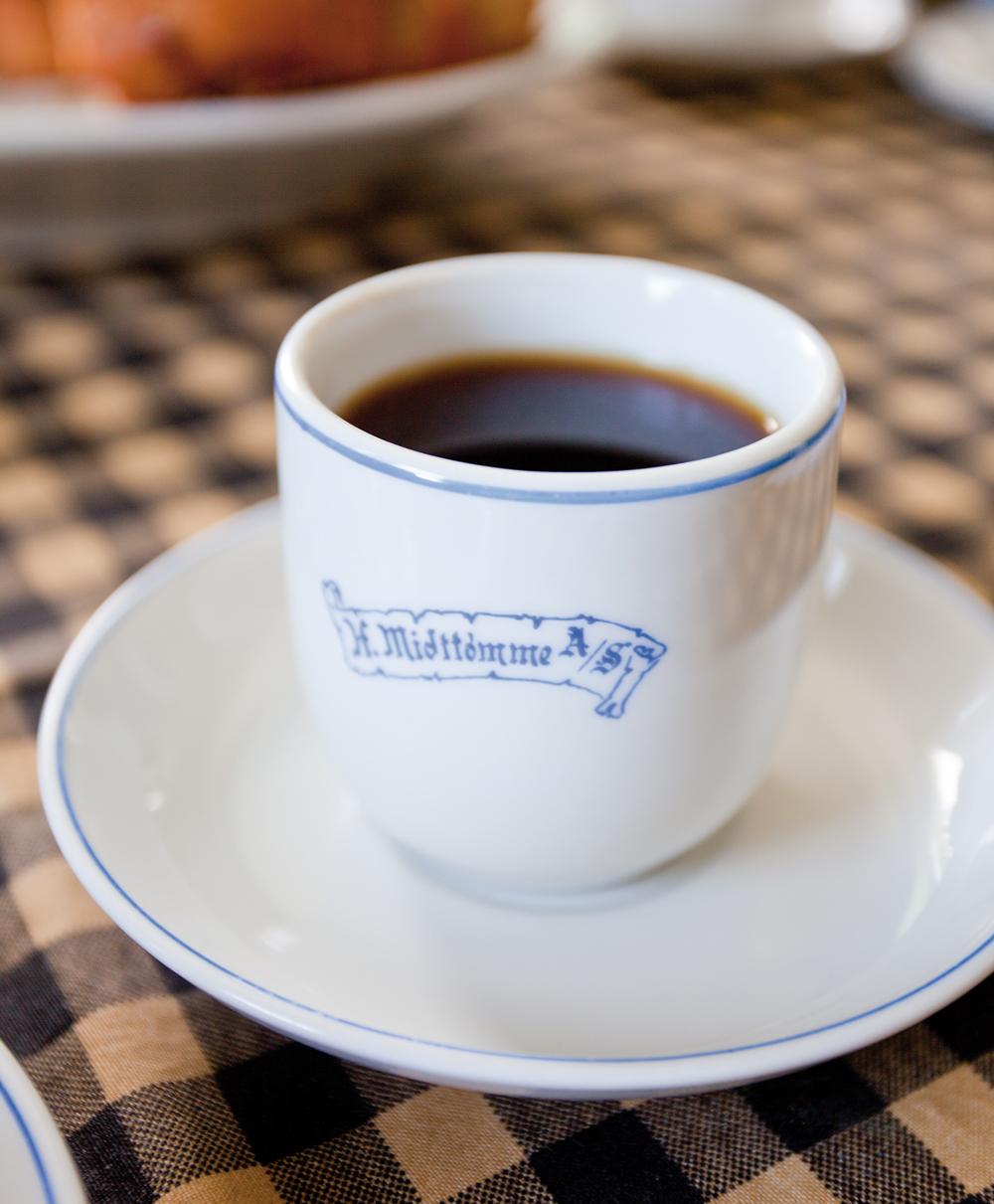 Kaffekopp med Midttømme A/S-logo