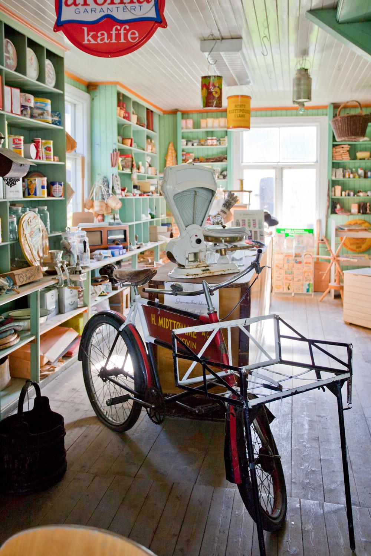 Godt bevart interiør fra forrige århundreskifte i den gamle butikken på Hovin. Budsykkelen står til utstilling sammen med mange spennende butikkartikler.