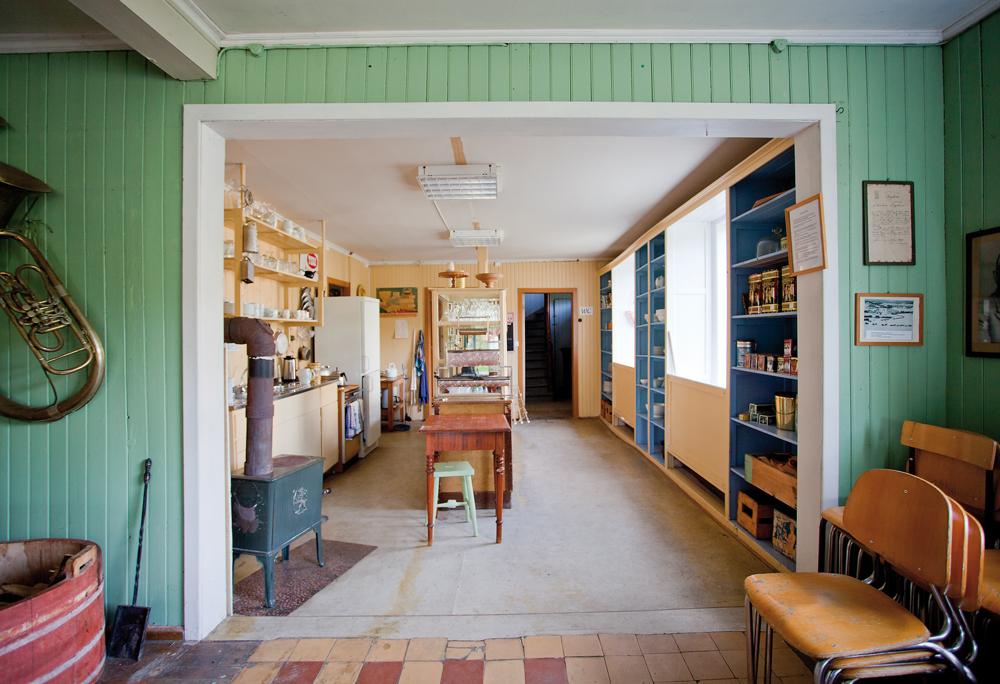 I den gule delen var det drift helt til inn på 1990-tallet, da en blomsterbutikk holdt til her. Nå fungerer denne delen som kjøkken og café under ulike arrangementer. Denne delen er også modernisert noe i forhold til de grønnmalte rommene, Her er det lagt nyere linoleums-belegg på gulvene og det er slått plater i taket.