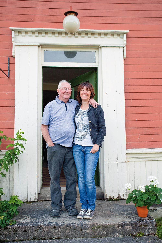 Hans Olav og Wigdis på trappa.