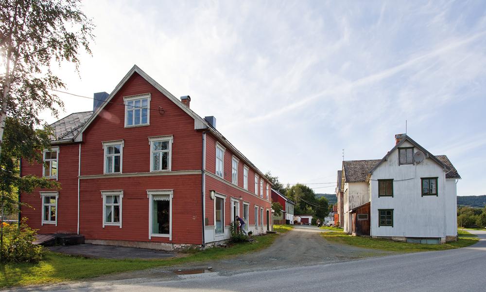 Stiftelsen eier både den rødmalte forretningsgården fra 1902 og bolighuset fra 1920-tallet hvor det var lager. Et av vinduene er sikret med jerngitter. Stabburet som hører til like på oppsiden av butikken. På hitsiden av veien ligger Hovin stasjon.