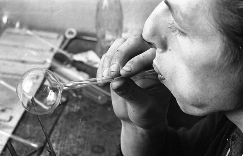 Produksjon av glasskuler. Foto: Bundesarchiv/ E. Reimke, 1969.