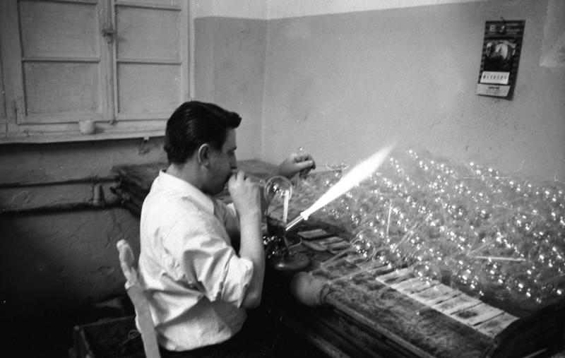 Glasspynt blåses for hånd over en gassbrenner. Foto: Bundesarchiv/ E. Reimke, 1969.