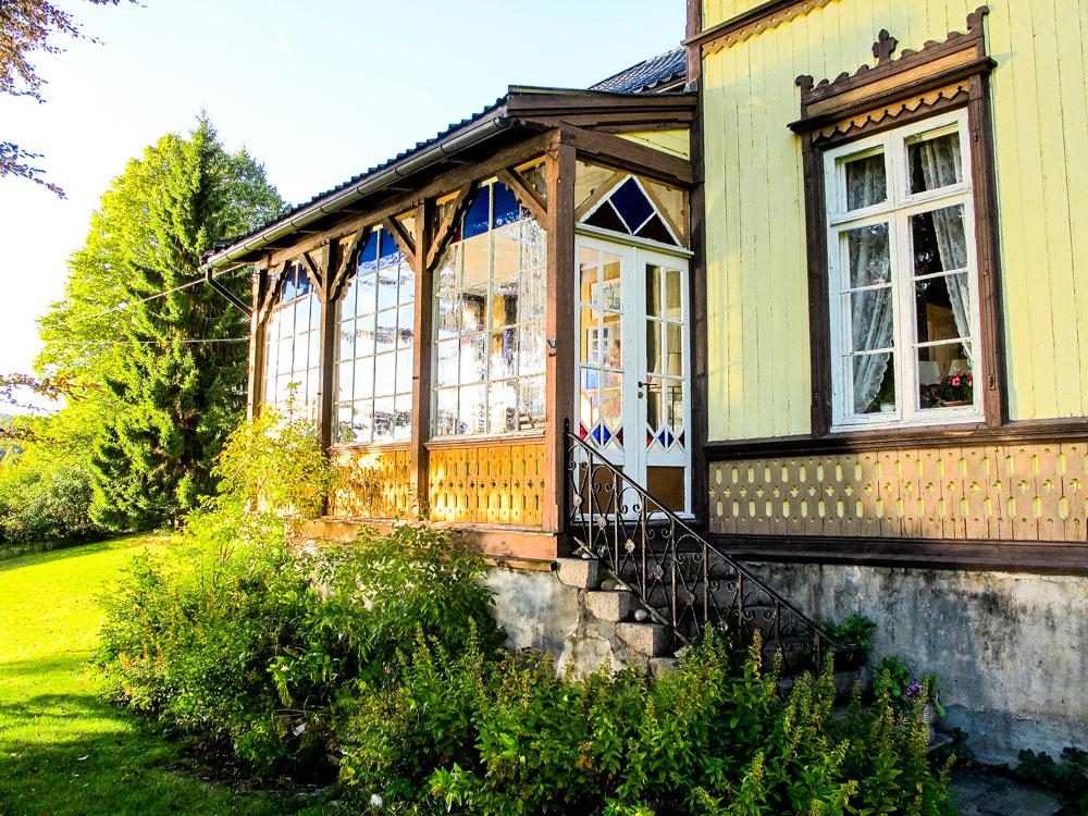 Frednes, Aust-Agder. Hus oppført i 1850-årene. Glassveranda bygget på ca. 1890.