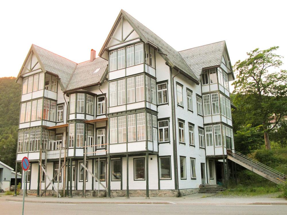 Rekordmange glassverandaer på samme hus - hele 14 stykker. Gamle Sjøholt Hotell, fra 1901. Sunnmøre, Møre og Romsdal.