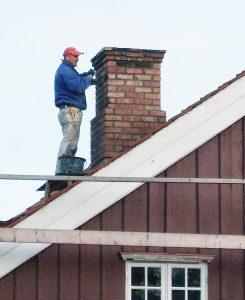 Pipa over tak mures opp etter forbilde fra et gammelt foto av et lokalt hus.