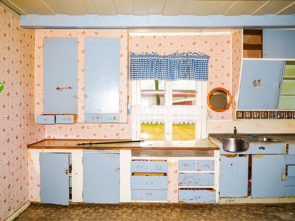 Her ser du kjøkkenet i et hus som skulle rives. Vi kunne plukke med oss det vi hadde behov for; skap oppe til venstre og til høyre, benkepla-te og deler av underskap med skuffer.