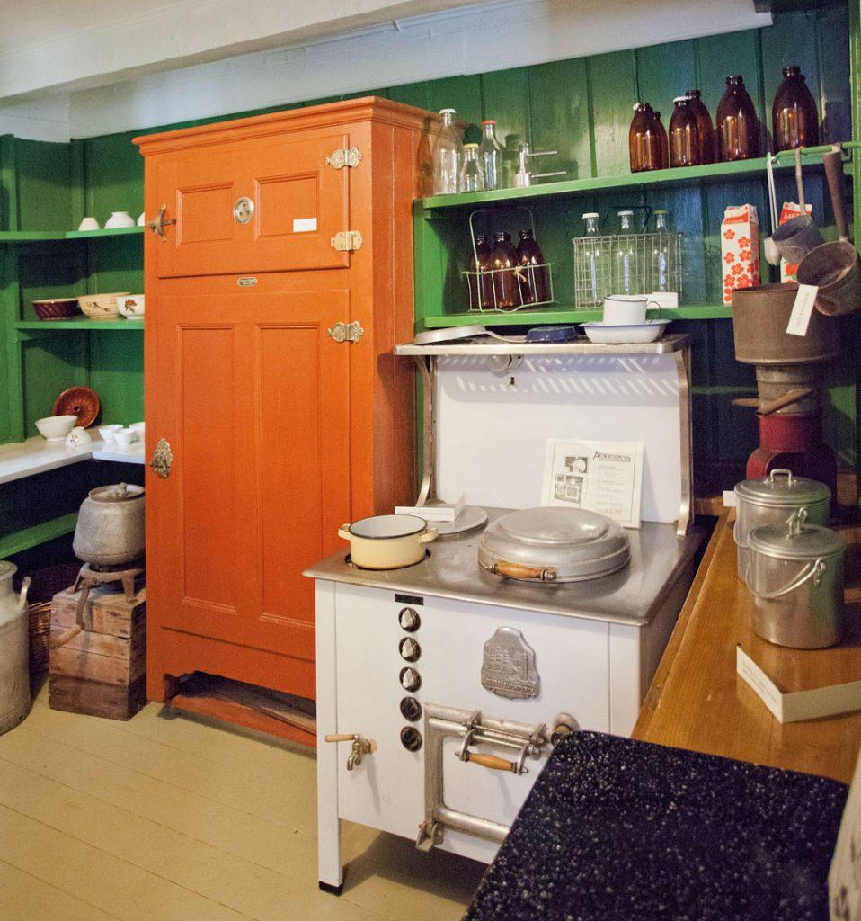 Brunmalt isskap og magasinkomfyr fra utstillin-gen i kjøkkenet hos stiftelsen Kløckers hus, Arendal Bymuseum.