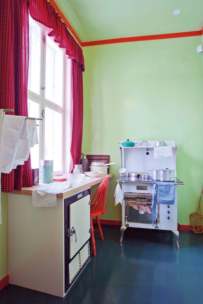 Leiligheten er innredet med magasinkomfyr og kjøleskap, noe som var svært moderne på denne tiden og slett ikke standard i det norske hjem.