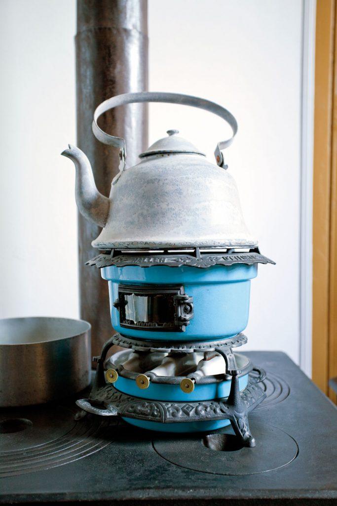 «Beatricen», en frittstående parafinbrenner, gjorde det mulig å koke kaffe uten å fyre opp. Fra familien Ødegaards kjøkken, anno 1905.
